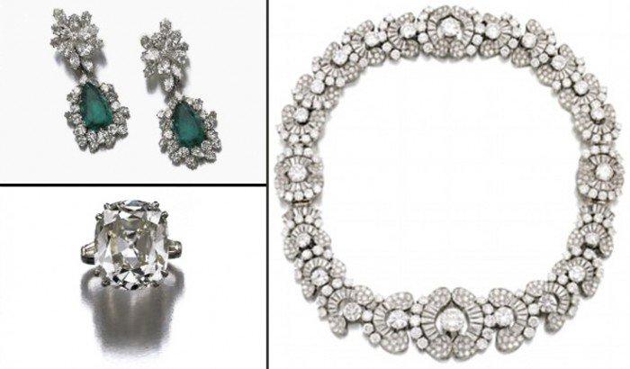 Lollobrigida strips herself of her jewellery