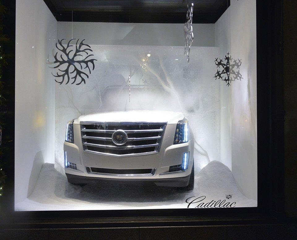 Luxury_best-window-displays_saks-fifth-avenue_2013_christmas_cadillac