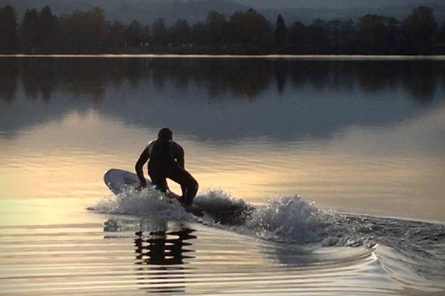 Luxuryretail_Stunning-MPX-3-Electric-Surfboard-by-Waterwolf-demo