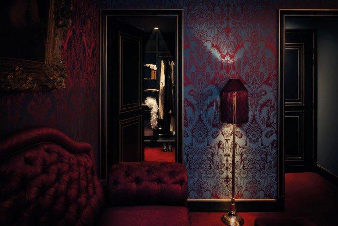 Luxuryretail_maison-souquet-junior-suite-red-carpet