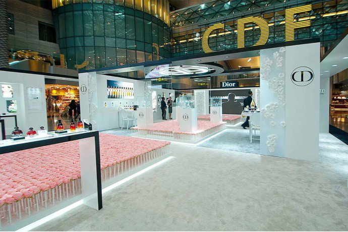 Luxuryretail_diors-garden-6000-roses-doha-airport-stand