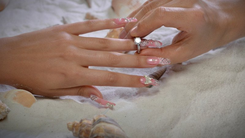 Luxuryretail_Luxury-Nail-Lounge-jewery