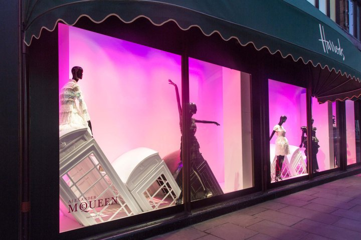 Luxuryretail_Harrods-London-Calling-windows-by-SFD-London-UK-cabine